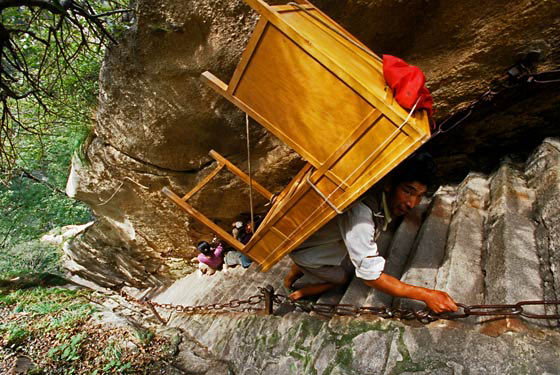 Porters heavy load, Hua Shan