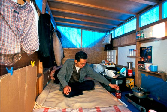 Homeless construction worker, self-made living box, Sumida River