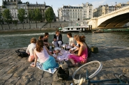 Picnic on banks of the Seine