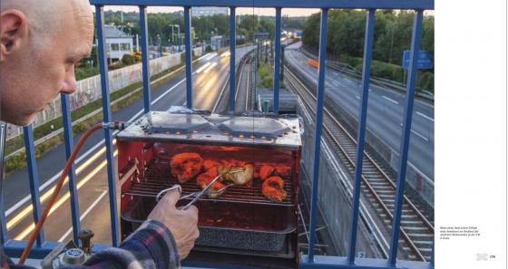 Grillen über A40 in Essen am Vorabend des Still-Leben-Ruhrschnellweg 2010